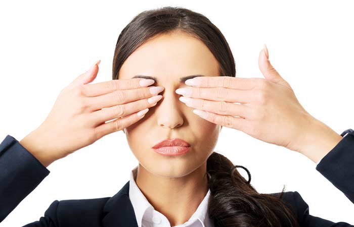 Chườm ấm giúp tăng tuần hoàn máu vùng mắt